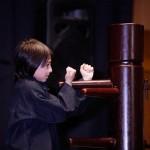 démonstration kung fu d'enfants au mannequin de bois