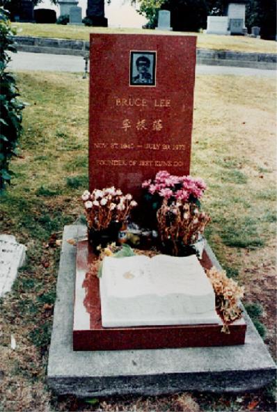 Bruce Lee est enterré à Seattle, Washington, dans le cimetière Lake View. A côté de lui, son fils Brandon a été enterré. Les deux tombes sont belles et grandes et il y a toujours des offrandes de fruits et de fleurs que les gens viennent déposer.