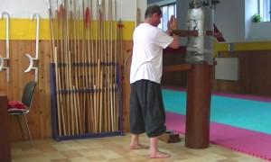 ERIC NIEL lors de son apprentissage de la forme du mannequin de bois du Vinh Xuan